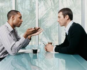 doi oameni vorbind